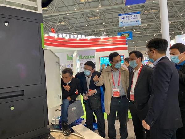 重庆市种子站(植物保护站)赵月奎站长(左四)近距离了解智能虫情测报灯