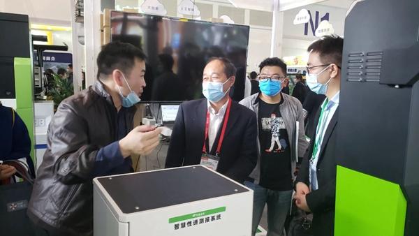 陕西省植物保护工作总站范东晟站长(左二)深入了解智能测报装备